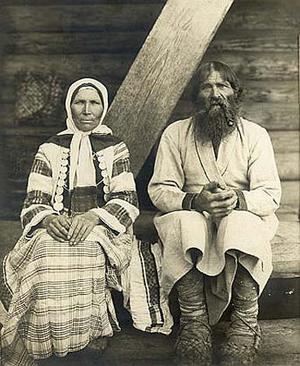 Возможно, своей долгой совместной жизнью эти супруги обязаны нейропептиду окситоцину. На фото: семейная пара народности вотяки (удмурты)