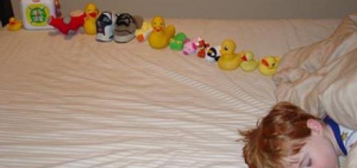 Для аутичных детей характерно раскладывание предметов определенным образом.